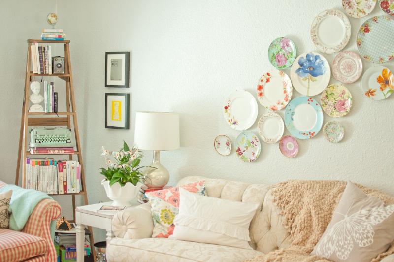 Украшение стены с помощью декоративных тарелок