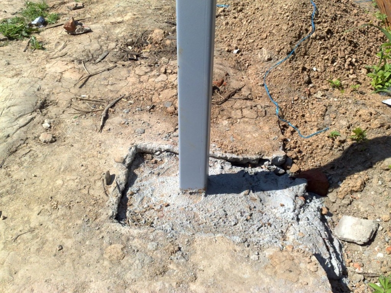 Металлические столбы для навеса на садовом участке