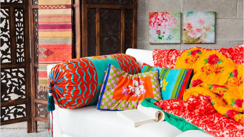 вязаные подушки на диван спицами