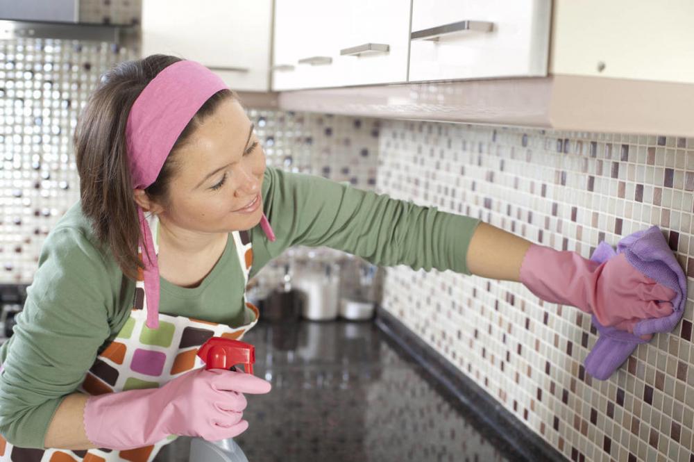 клеить фартук на кухне из пластика