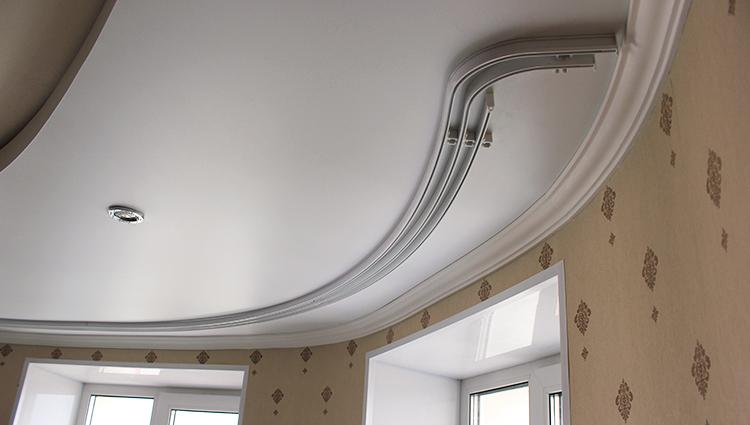 повесить гардину на натяжной потолок
