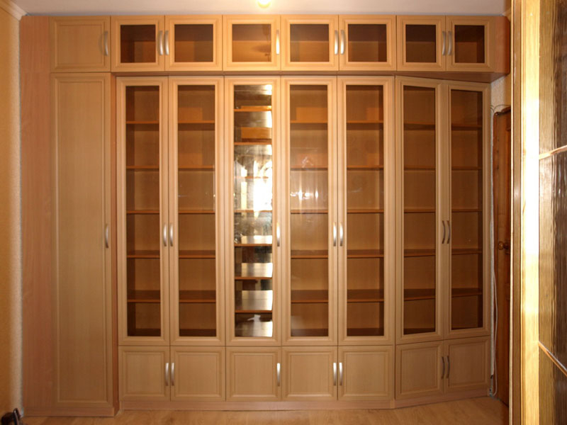 книжные шкафы со стеклянными дверями