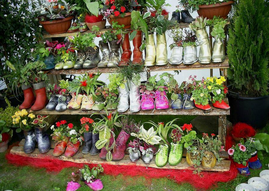 Цветочные горшки из старой обуви — оригинальное украшение для сада ...