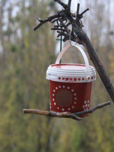 Как раскрасить кормушку для птиц: из дерева, пластика, картона и веток