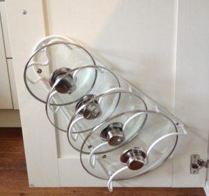 Как хранить крышки от кастрюль на кухне: лайфхаки и идеи