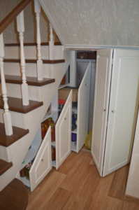 Как использовать место под лестницей: лучшие идеи с фото