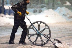 Самодельная снегоуборочная лопата на колесах своими руками