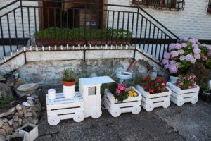 Оригинальный цветник Паровозик для сада и дачи: фото + идеи по оформлению