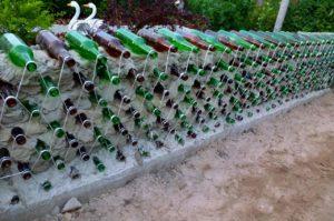 Как сделать клумбу из стеклянных бутылок: фото + идеи по оформлению