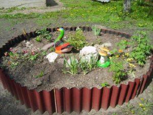 Клумба из шифера: фото, для цветов, бордюра, ограждения