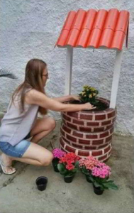 Декоративный колодец-клумба: фото, как сделать цветник своими руками из старых шин, дерева, колодезного кольца