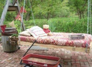 Как сделать садовые подвесные качели из поддонов своими руками