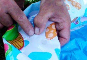 Как найти дырку в надувном бассейне и чем можно ее заклеить