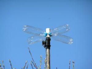 Как сделать вертушку из бутылки для отпугивания птиц, кротов, ветряную