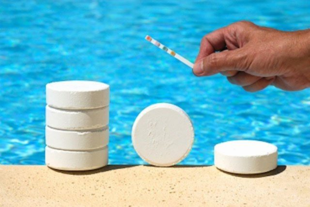Какую химию лучше использовать для очистки воды в бассейнах