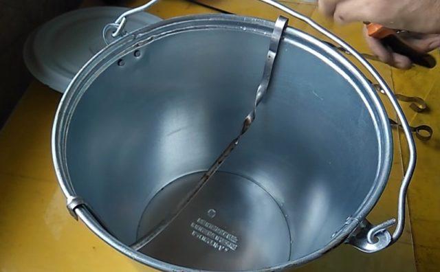 Как сделать коптильню из ведра своими руками