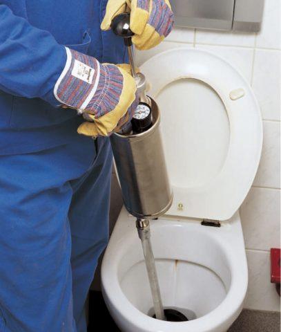 Забился унитаз: как прочистить засор самостоятельно без вантуза и троса