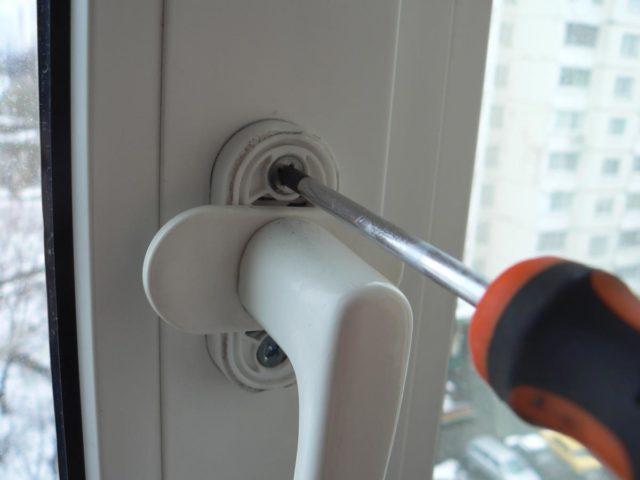 Не закрывается пластиковая дверь на балкон: что делать