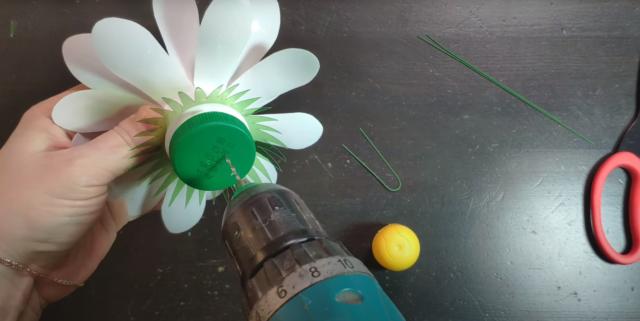 Ромашка из пластиковых бутылок своими руками: пошагово, фото