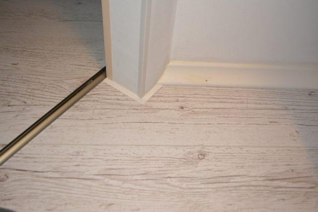 Чем и как замазать щели, дырки в ламинате на полу