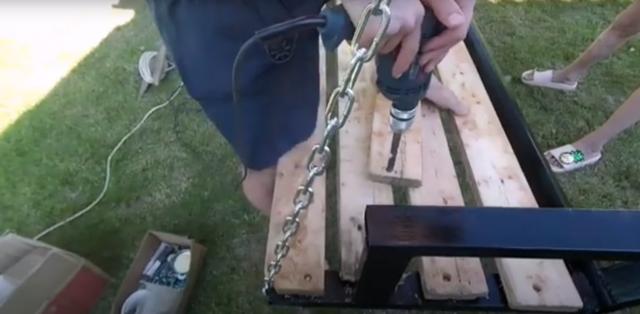 Как сделать садовые качели из профильной трубы своими руками